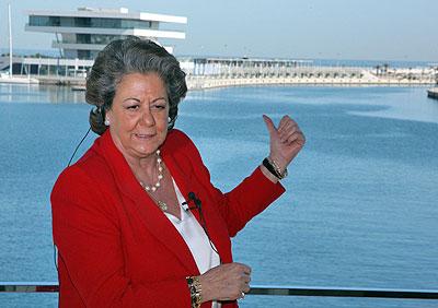 Rita Barberá mostrando el edificio del puerto para los pijos millonarios